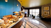 Buffet présentant pâtisseries, condiments et produits de boulangerie