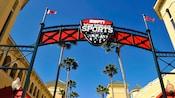 Arco de metal con el logotipo de ESPN Wide World of Sports Complex