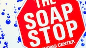 Panneau de buanderie en forme d'arrêt indiquant « The Soap Stop, Vending Center »