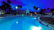 Vue panoramique de la piscine Grand Slam au Disney's All-Star Sports Resort, éclairée de nuit