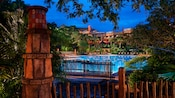 A área da piscina Uzima Pool no Disney's Animal Kingdom Lodge, iluminada à noite