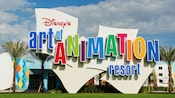 O logo colorido e o exterior do prédio do Disney's Art of Animation Resort