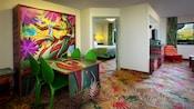 Una mesa con temática de la jungla que se transforma en una cama doble y, detrás, una sala de estar y un dormitorio
