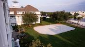 Vista aérea de uma quadra de voleibol de areias brancas em um Hotel Resort Disney