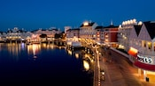 Disney's BoardWalk Villas y Crescent Lake, encendidos en la noche