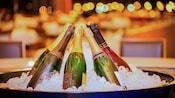 7botellas de champán dentro de una cubeta de hielo