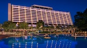 La piscine principale dotée d'une glissade d'eau avec Disney's Contemporary Resort en arrière-plan