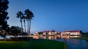 Uma vista do Disney's Grand Floridian Resort & Spa a partir da Seven Seas Lagoon