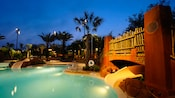 Una piscina de noche en Disney's Animal Kingdom Villas – Kidani Village