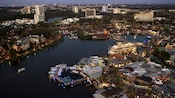 Una vista aérea nocturna del área de Disney Springs en Walt Disney World Resort