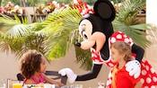 Minnie Mouse interactúa con un niño y una niña