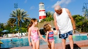 Avô com suas duas netas ao lado da piscina no Disney's Old Key West Resort
