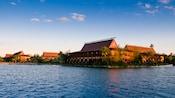 Vue du lac sur le Disney's Polynesian Resort sous un ciel bleu clair