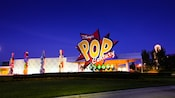Logotipo gigante y Classic Hall en Disney's Pop Century Resort