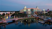 Walt Disney World Swan Hotel às margens do Crescent Lake ao amanhecer
