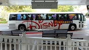 Un bus gratuit Disney attend à un arrêt situé au Disney's Grand Floridian Resort & Spa