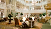 Le somptueux coin salon dans le hall au Disney's Grand Floridian Resort & Spa