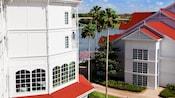 Un chemin passe entre les bâtiments et à côté du Seven Seas Lagoon au Disney'sGrandFloridianResort&Spa
