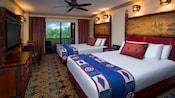 2 camas, castiçais, gavetas, TV, mesa de madeira, cadeiras, vista para o pátio, mesa de apoio e ventilador de teto