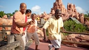 Una familia en Big Thunder Mountain Railroad en el parque temático Magic Kingdom