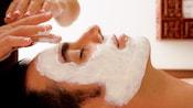 Un invité recevant un soin du visage au MandaraSpa au WaltDisneyWorldSwanHotel