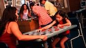 Mãe e filha jogam damas em um tabuleiro gigante