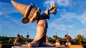 "Escultura Mickey ""Feiticeiro"" no Disney's Fantasia Gardens Miniature Golf Course."