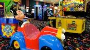 Primer plano de varios juguetes de peluche como premios en una galería de un hotel de Disney