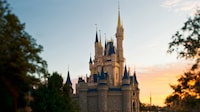 Amanecer sobre Cinderella Castle en el parque Magic Kingdom