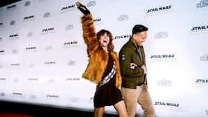 Un joven y una joven vestidos con atuendos del estilo Star Wars