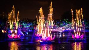 Le spectacle eau et lumière rempli de musique «Rivers of Light» qui a lieu au parc Disney's Animal Kingdom