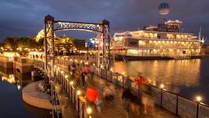 Un pont sur un lac et un bateau à vapeur à roues à aubes rétro avec un panneau indiquant Fulton's Crab House