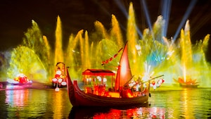 Des effets de projection et d'eau illuminent la nuit lors du Rivers of Light au parc Disney's Animal Kingdom