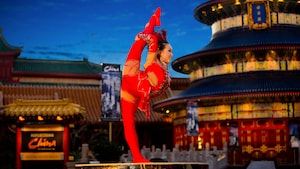 Une interprète de Jeweled Dragon Acrobats pose lors d'un spectacle au pavillon de la Chine à Epcot