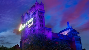 La Twilight Zone Tower of Terror domine sinistrement dans le ciel du soir à Disney's Hollywood Studios