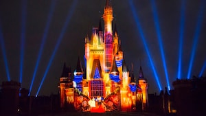 Le Cinderella Castle illuminé par des effets de projection de « La Belle et la Bête » au parc Magic Kingdom