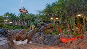 Tres toboganes de agua en Humunga Kowabunga con Mount Mayday y Miss Tilly de fondo