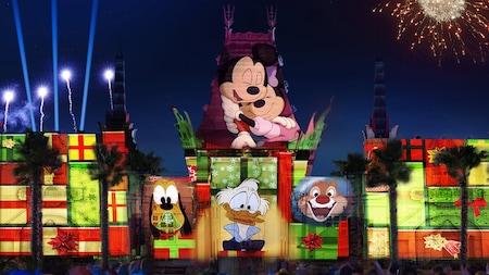 Imágenes de Mickey Mouse, Minnie Mouse, Uncle Scrooge, Pluto y Dale son proyectadas en un teatro ante una multitud que observa