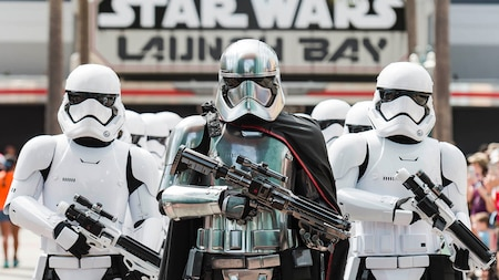 Captain Phasma conduce a un grupo de Storm Troopers cerca de un cartel que lee Star Wars Launch Bay