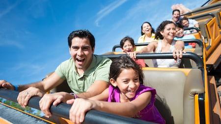 Tour de manège pour les visiteurs dans l'une de nos montagnes russes à Walt Disney World