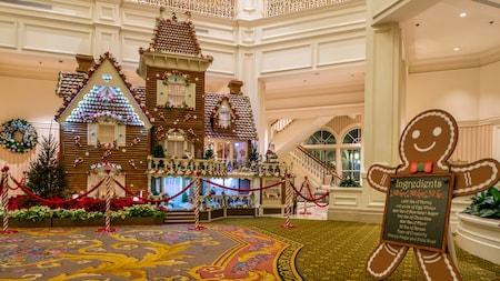 Una casa de pan de jengibre, casi de tamaño real, dentro del vestíbulo de un Hotel