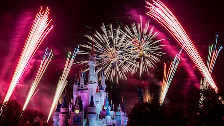Los fuegos artificiales estallan sobre el Cinderella Castle durante Holiday Wishes at Mickey's Very Merry Christmas Party