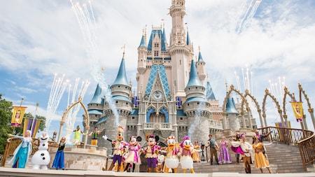 Em frente ao Cinderella Castle, todo o elenco do Mickey's Friendship Faire, incluindo o Mickey Mouse e seus amigos, além de personagens de clássicos da Disney como Frozen e Enrolados