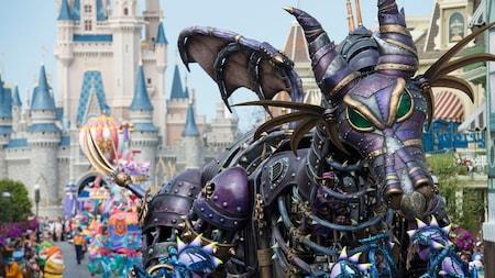 Un char de défilé en forme de Maléfique, sous sa forme de dragon, de style steampunk pendant la Disney Festival of Fantasy Parade
