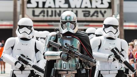 Armés et dangereux, les personnages de Star Wars Capitaine Phasma et des stormtroopers se tiennent près du Star Wars Launch Bay
