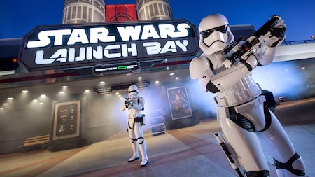 Dois stormtroopers da First Order em guarda na Star Wars Launch Bay