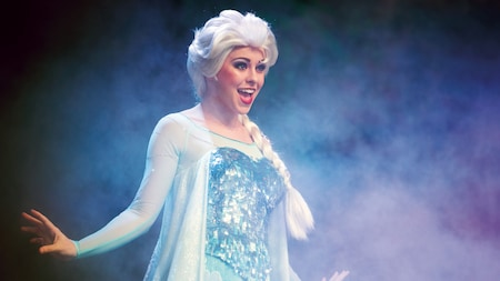Elsa chante sur une scène brumeuse durant For the First Time in Forever : A Frozen Sing-Along Celebration