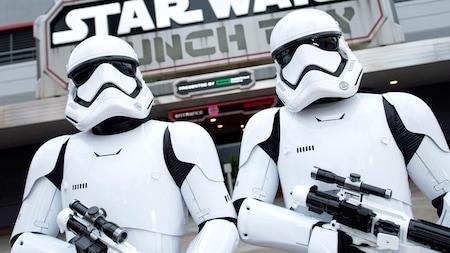 Un dúo amenazante de Stormtroopers de la Primera Orden monta guardia directamente en frente de Star Wars Launch Bay