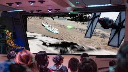 C-3PO pilotea a los Visitantes sobre Jakku en Star Tours; The Adventures Continue en Disney's Hollywood Studios