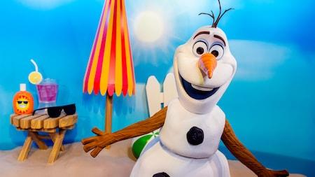 Olaf espera visitantes de todas as idades durante uma experiência do cumprimento do caráter em estúdios de Hollywood de Disney